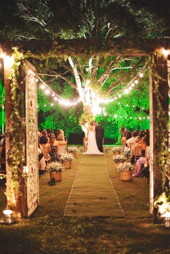 decoração noturna para cerimônia de casamento ao ar livre
