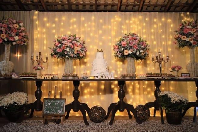 casamento com cortina de luzinhas