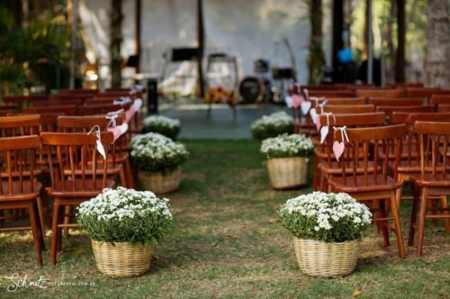 decoração simples para cerimônia de casamento ao ar livre