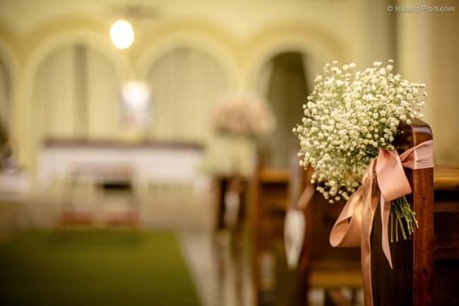 igreja com bancos decorados para casamento