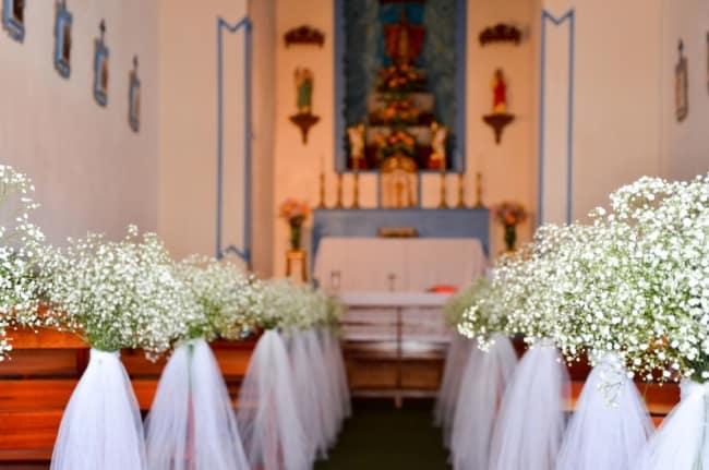 bancos da igreja decorados com flores e tule