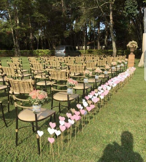 cerimônia no campo com decoração barata