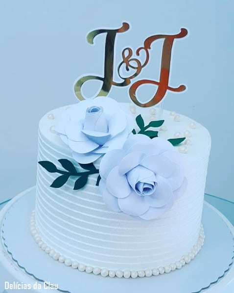 bolo de chantilly decorado com flores de papel