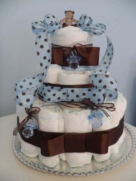 Bolo de Fraldas azul e marrom com laço