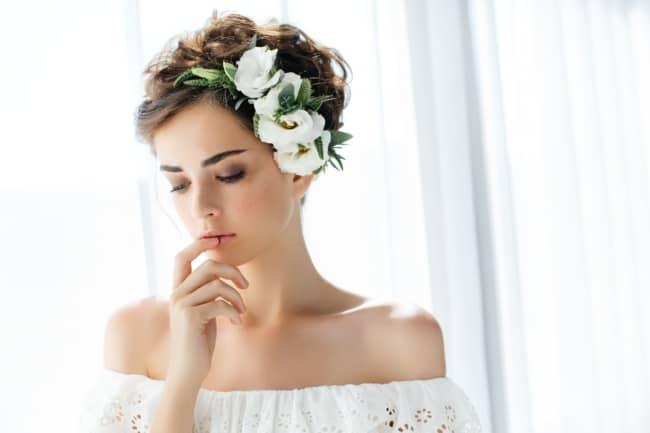 Cabelinho curto com grinalda de flores para casamento