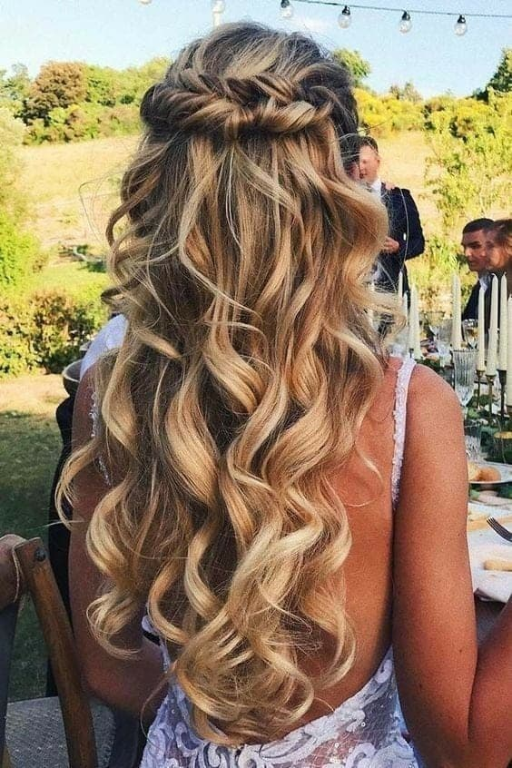 Cabelos ondulados e longos para ir à casamento