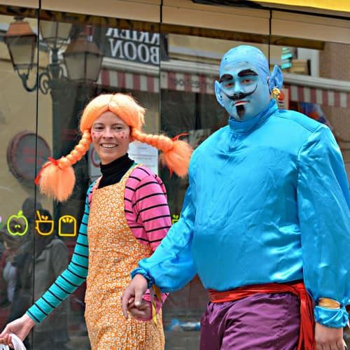Casal fantasiado para o carnaval