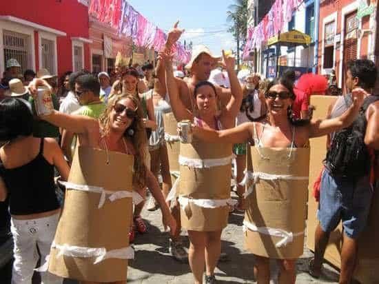 Fantasia criativa e simples de carnaval