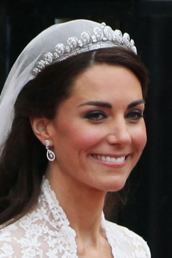 Kate Middleton com penteado simples e véu e grinalda