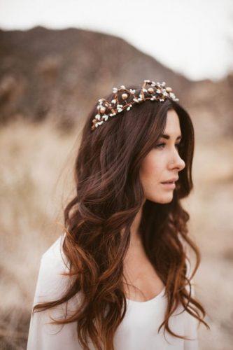 Noiva com coroa e cabelo solto