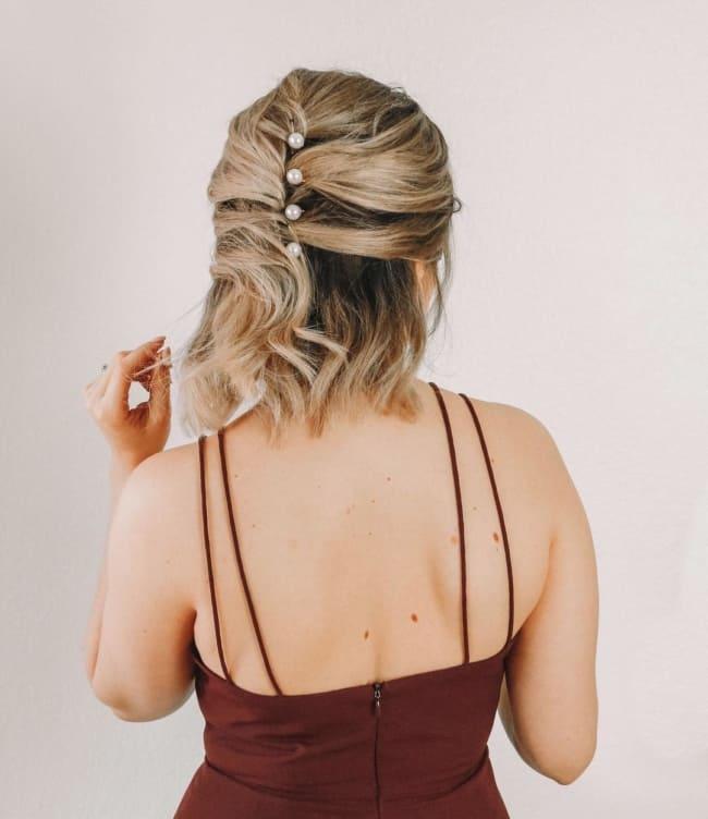 Penteado com pérolas para ir à casamento
