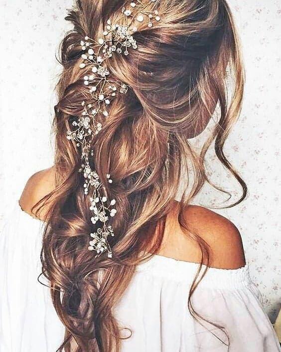 Penteado para ir à casamento para cabelos longos com grinalda