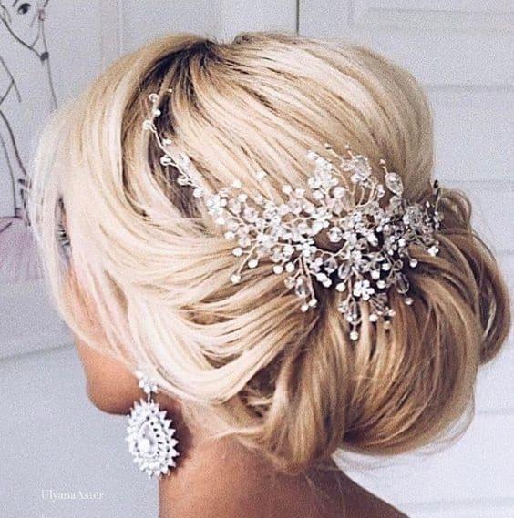 Penteado para noiva com coque e grinalda