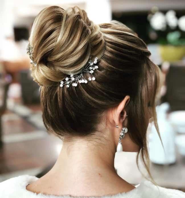 Penteado simples com coque para noiva