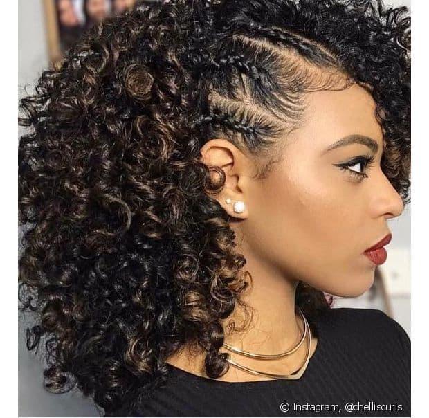 Penteado simples para casamento para cabelo cacheado