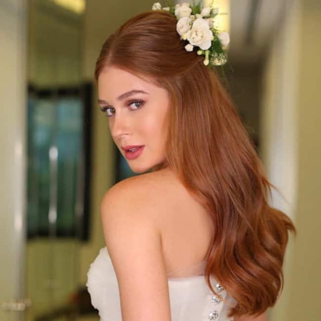 Penteado simples para noiva com grinalda de flores