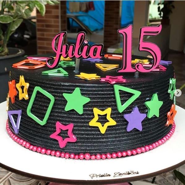 bolo de 15 anos preto com decoração neon
