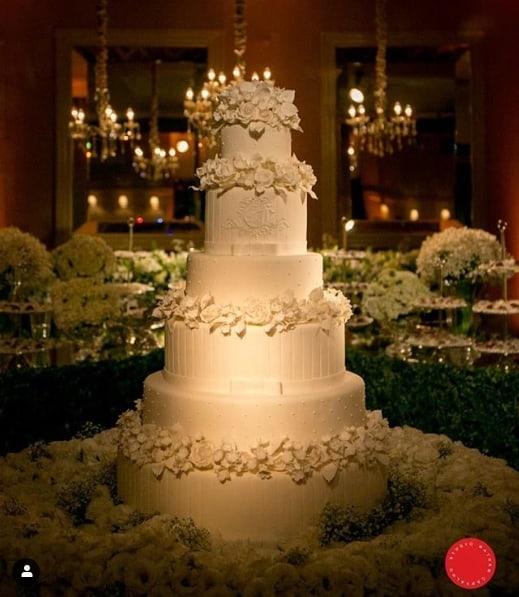 bolo de casamento grande e branco