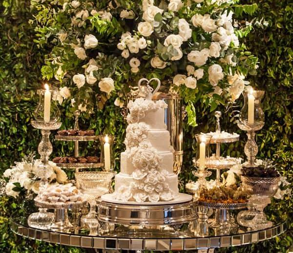 bolo de casamento de pasta americana decorado com flores