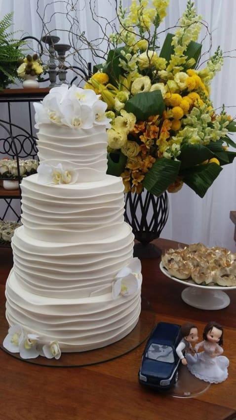 bolo de casamento decorado com orquídeas brancas