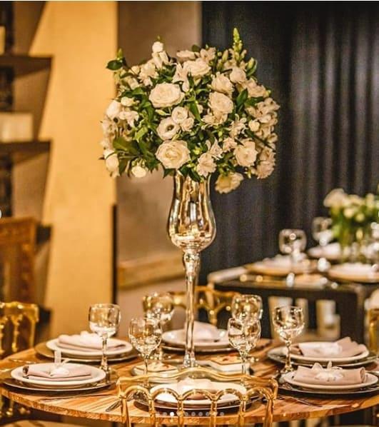 casamento com arranjo de flores alto