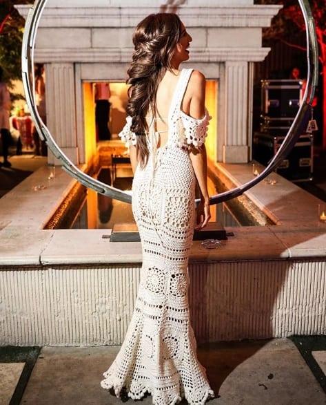 vestido de noiva de crochê com decote ciganinha