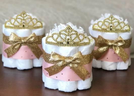 mini bolo de fralda decorado em rosa e dourado