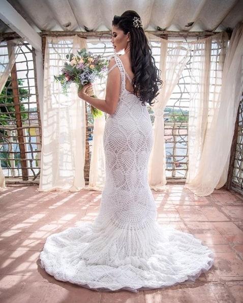 vestido de noiva de crochê branco com cauda
