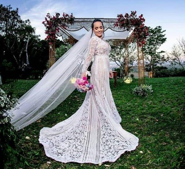 noiva com vestido com cauda e manga longa de crochê