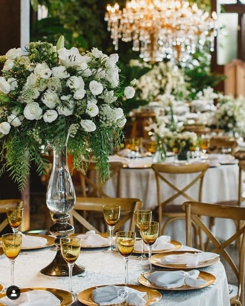decoração de festa de casamento com flores brancas