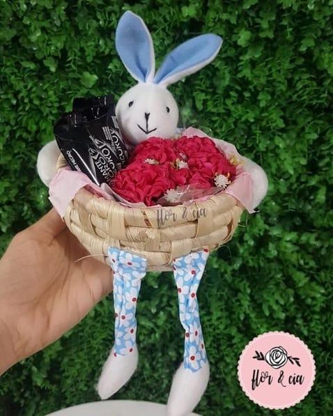 cesta de páscoa com flor e chocolate