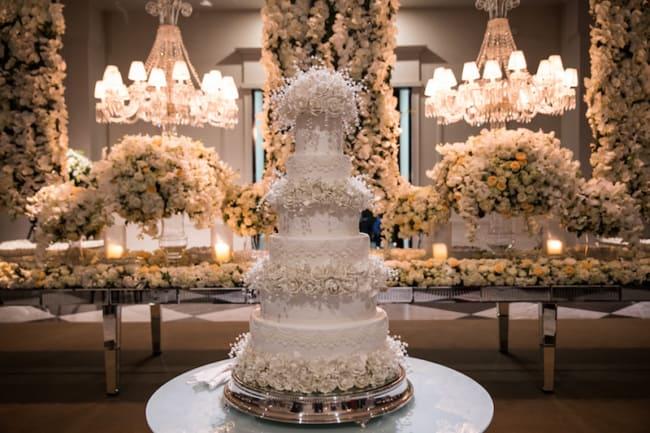 casamento de luxo decorado com rosas brancas