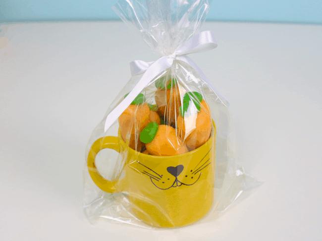 caneca de páscoa com cenourinhas