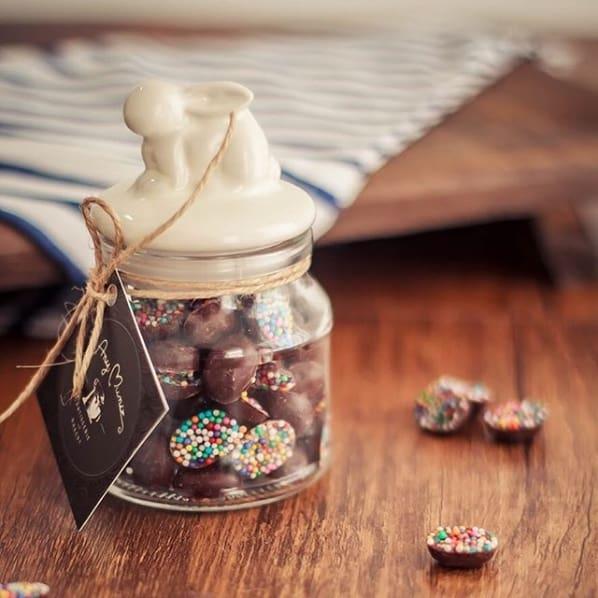 pote com mini ovinhos de chocolate