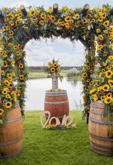 Arco decorativo com girassois para o altar do casamento