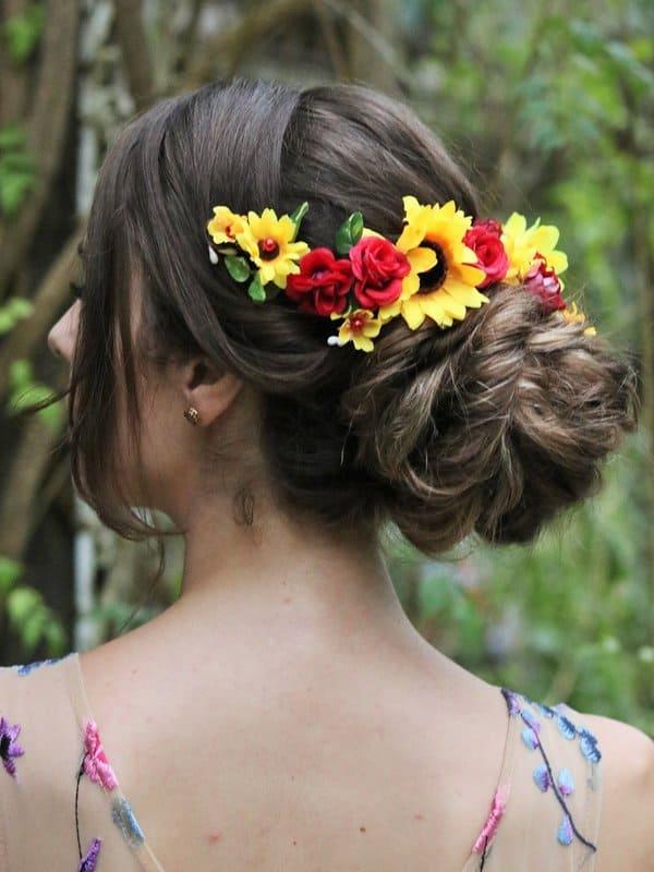 Arranjo de cabelo da noiva com girassol
