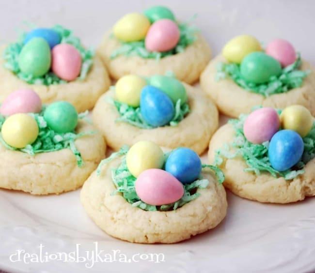 Biscoito de Páscoa colorido com ovinhos