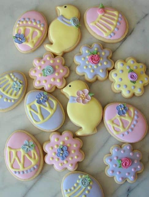 Biscoito de Páscoa colorido e decorado