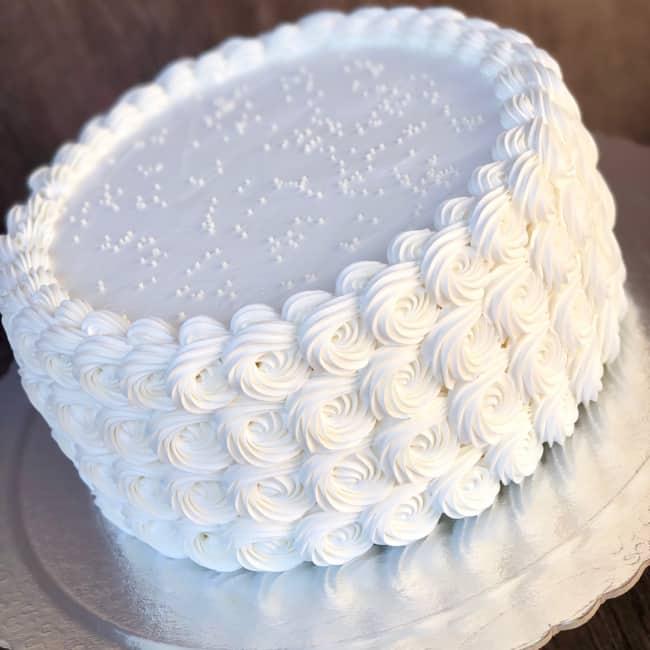 Bolo branco para noivado com chantilly