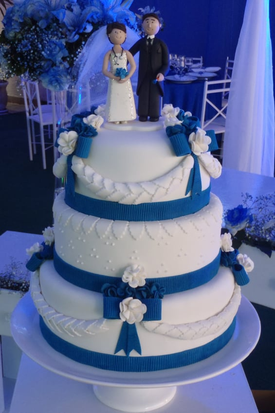 Bolo de casamento azul de tres andares