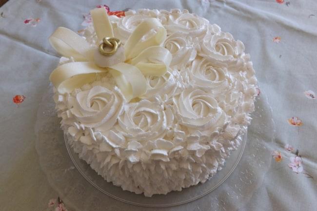 Bolo de chantilly branco para noivado com alianças