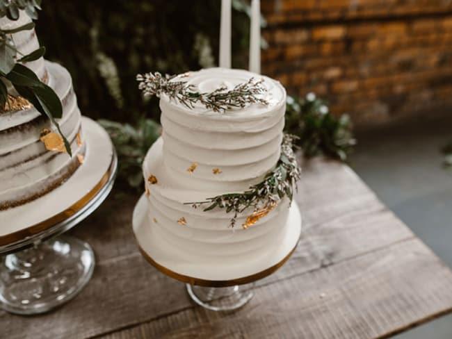 Bolo de dois andares rústico simples para noivado