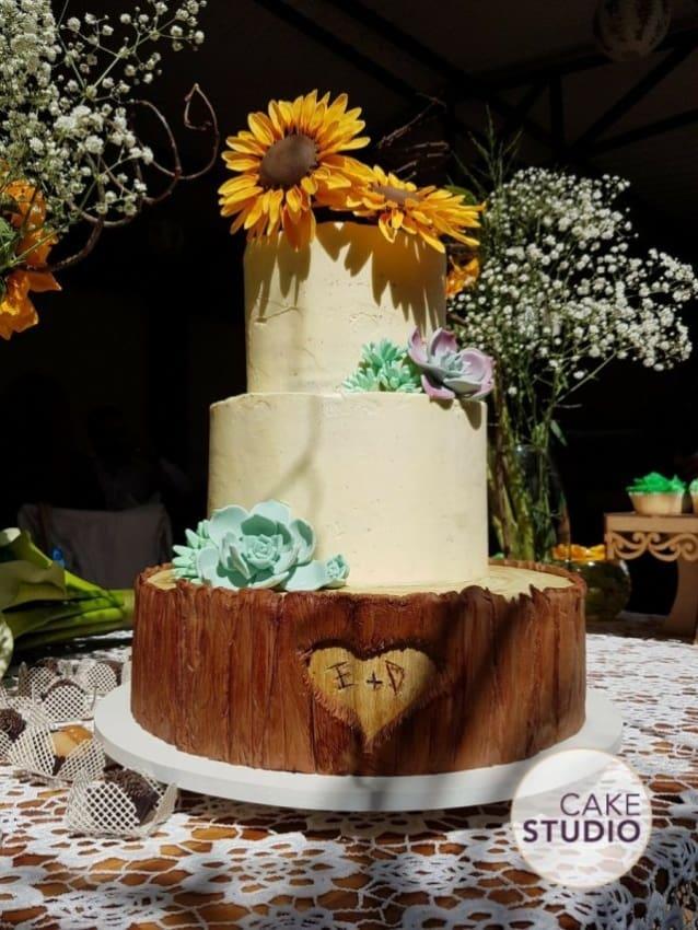 Bolo rústico de casamento com girassol no topo