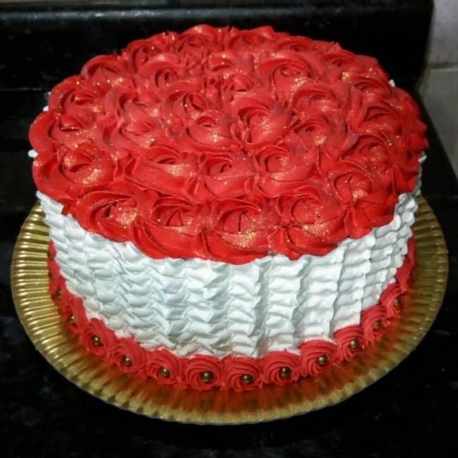 Bolo redondo vermelho e branco para noivado