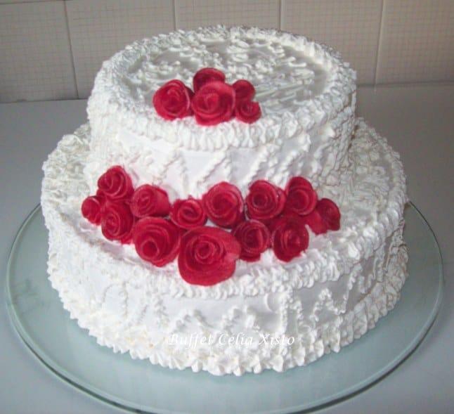 Bolo simples de noivado com flores em pasta americana