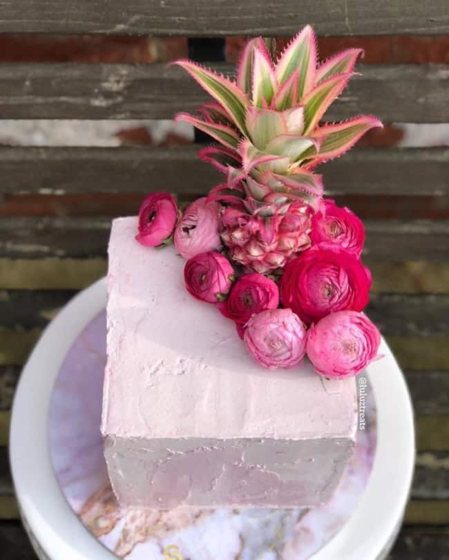 Bolo simples quadrado com flores e frutas