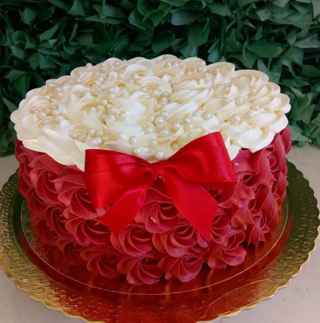 Dica de bolo de noivado simples com chantilly vermelho e branco