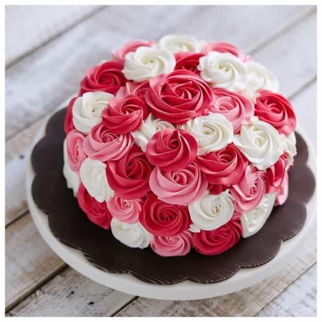 Flores feitas de chantilly para bolo de noivado simples