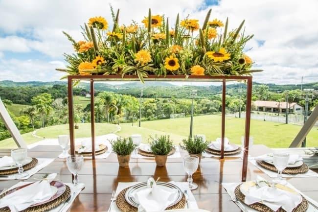 Mesa decorada com girassóis