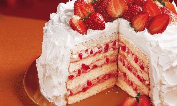 O vermelho e branco no bolo pode ser feito com morangos e chantilly